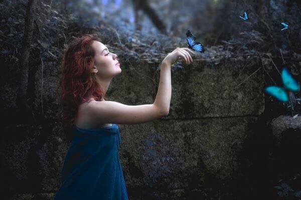 tyttö päästää perhosen kädelleen