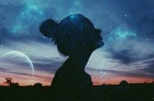 naisen siluetti vasten yötaivasta