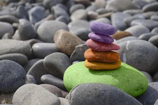 värikäs kivipino