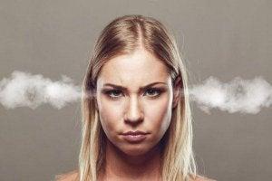 naisen korvat höyryävät