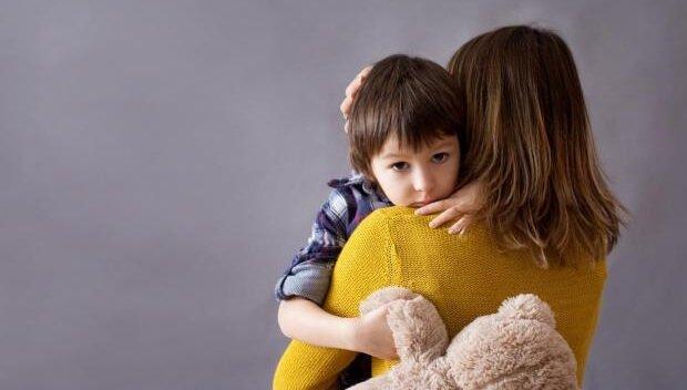 äiti halaa lastaan