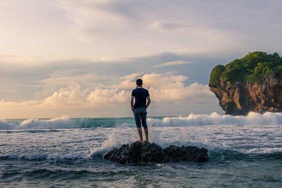 mies seisoo meren tyrskyissä