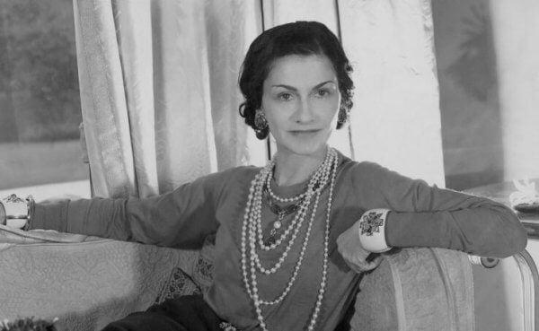 Coco Chanel poseeraa