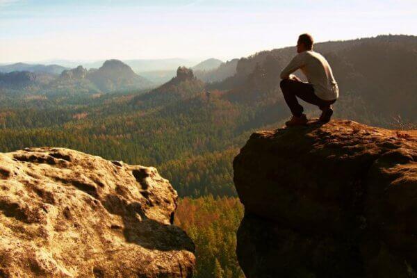 mies saavutti vuoren huipun
