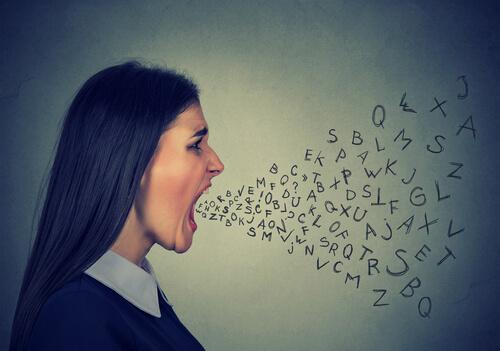 nainen huutaa suustaan kirjaimia