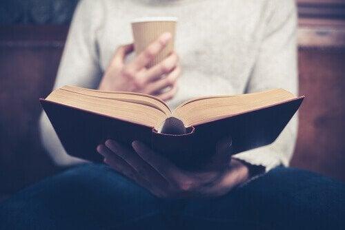 kirja ja kahvikuppi