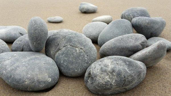 kasa kiviä hiekalla