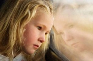 tyttö katsoo junan ikkunasta ulos