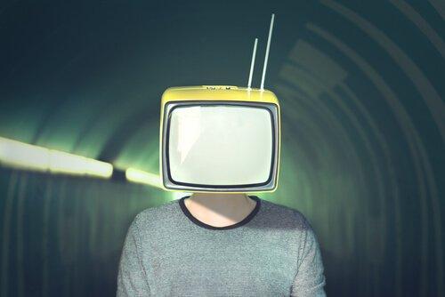 miehen pää on telkkari