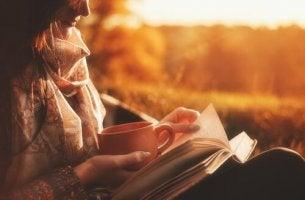 nainen lukee itseapukirjaa