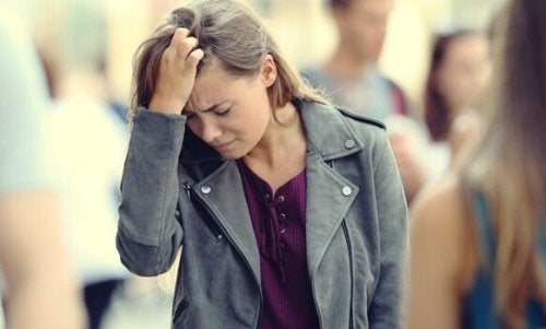 ahdistunut nainen ihmisjoukossa