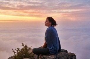 nainen ja hiljaa oleminen pilvien päällä