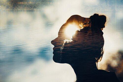 millaista energiaa nainen levittää: vesi ja rauhallisuus