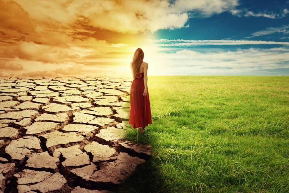 nainen tekee valintaa: jäädä vai lähteä?