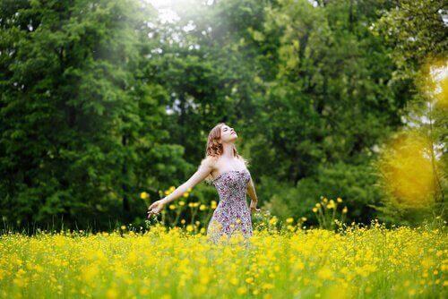nainen luonnossa tuntee rauhaa
