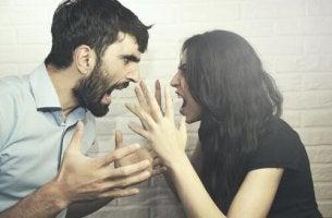 nainen ja mies käyvät vaikeita keskusteluja