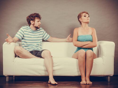 nainen mököttää sohvalla