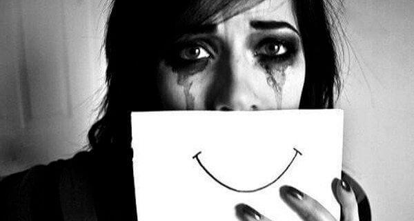 itkevä nainen ja hymynaama