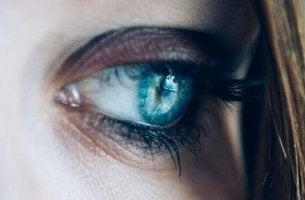 naisen sininen silmä