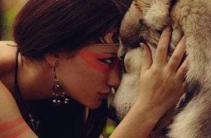 tahdonvoiman psykologia: nainen ja susi sulassa sovussa