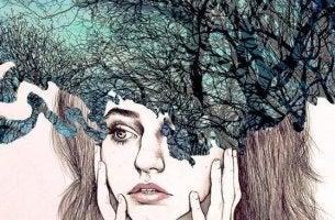 tytön pään yllä on metsä