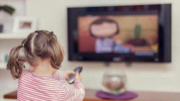 tyttö ja sama elokuva telkkarissa