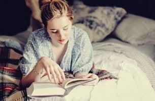 nainen lukee ennen nukkumaanmenoa
