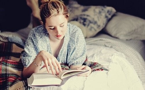 Lukeminen ennen nukkumaanmenoa: Tapa, jota aivosi rakastavat