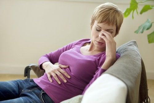 nainen masentuneena sohvalla