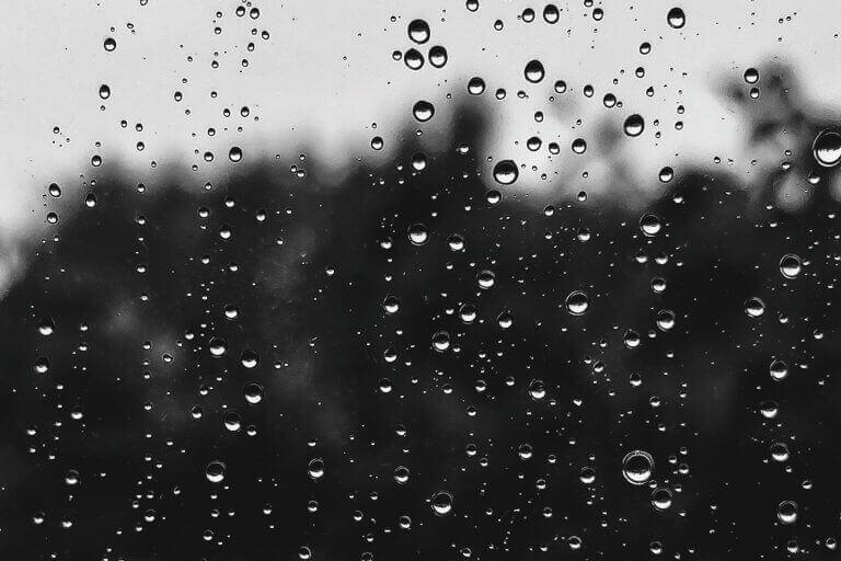 sadepisarat ikkunassa