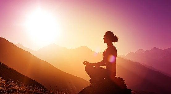 nainen meditoi luonnossa