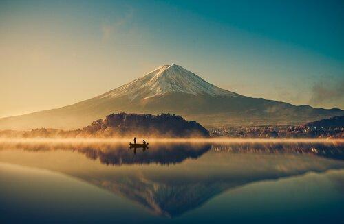 kalastajat järvellä vuoren edessä