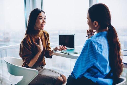 naiset keskustelevat