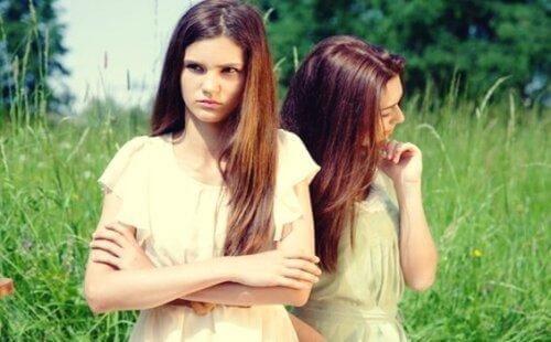 kaksi tyttöä mököttää