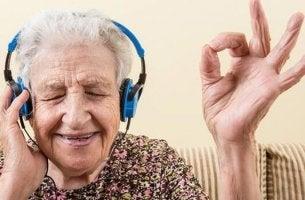 Alzheimeria sairastava vanhus kuuntelee musiikkia