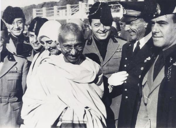 gandhi ihmisten ympäröimänä