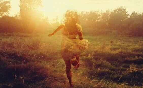 naisen varjo juoksee maastossa