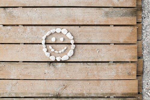 kivistä muotoiltu hymynaama