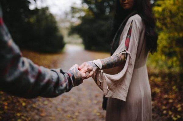 nainen ja mies lähtevät eri teille