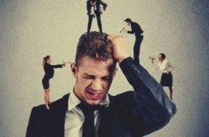 miehellä on konfliktien pelko