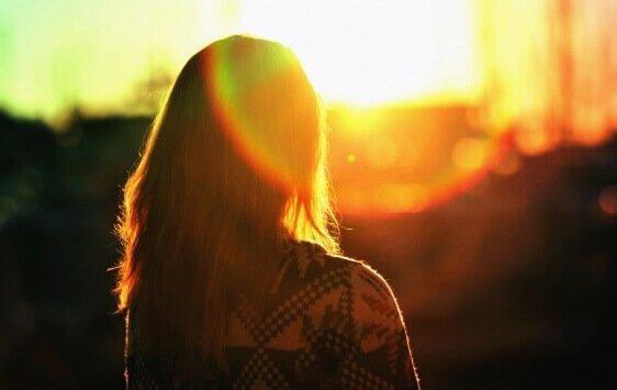 nainen ja aurinko