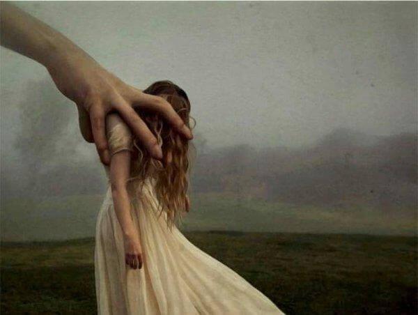 suuri käsi vie tyttöä