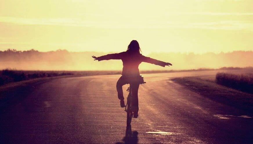 itsensä treffailu: nainen on yksin pyöräilemässä