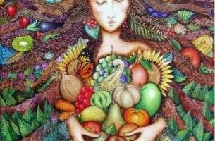 nainen kantaa vihanneksia ja hedelmiä