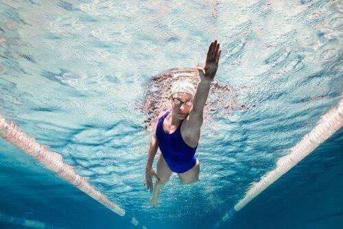 nainen ui uima-altaassa