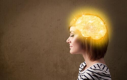 aivot naisen päässä hohtavat