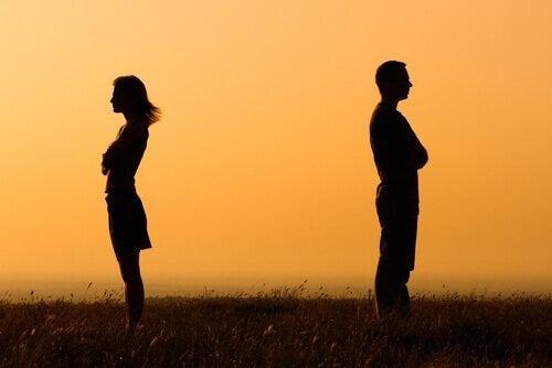 pariskunta ja Itsevarma välinpitämättömyys