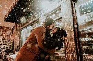 pariskunta halaa talvella