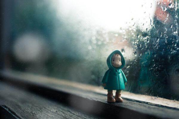 pieni nukke ikkunalaudalla