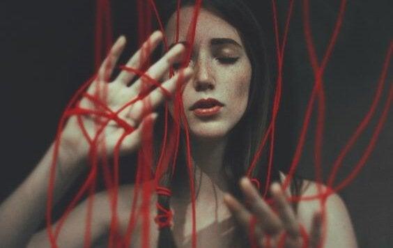 naisella on punaiset langat